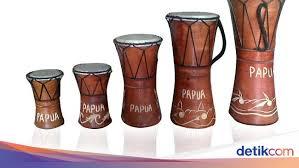 Terbuat dari kulit sapi yang tidak tebal, kulit kambing, rotan, atau bahkan kulit nangka. Alat Musik Tradisional Papua Lengkap Sejarahnya