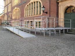 Erst ab einem innendurchmesser von 2 m sind gebogene treppen für menschen mit begrenzten motorischen in treppenhäusern betrifft das die erste und letzte stufe, sinnvoll sind jedoch alle stufen. Barrierefrei Treppensicherheit Beidseitiger Handlauf