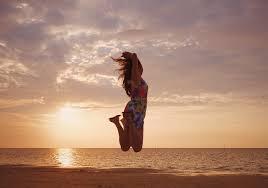 夕暮れの海でジャンプする女の子の画像おしゃれなフリー写真素材
