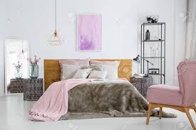 Rosa Farbe Zubehör In Hellen Weißen Schlafzimmer Mit Kingsize Bett Und  Sessel Standard Bild