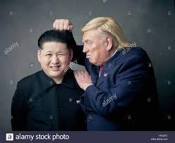 Presidente Donald Trump lookalike e capo supremo della Corea del nord Kim  Jong-Un lookalike portrait shoot. Un improbabile storia d'amore di due  dittatori Foto stock - Alamy