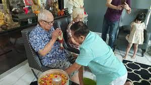 """ไร้ปาฏิหาริย์ """"เป็ด เชิญยิ้ม"""" สูญเสียพ่อวัย 94 ปี จากโควิด  หลังแม่เพิ่งจากไปไม่กี่วัน"""