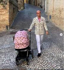 Imaginea virală cu Rareș Bogdan. Cum s-a îmbrăcat fostul realizator TV când a ieșit cu copilul la plimbare. A atras toate privirile - Stiri Mondene