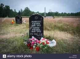 Denkmal Für Margot Und Anne Frank Auf Dem Gelände Des Ehemaligen Kz