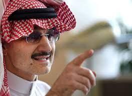 """الوليد بن طلال يمازح ممرضة أعطته جرعة لقاح كورونا: """"أول مرة سعودية تعطيني  إبرة"""" - CNN Arabic"""