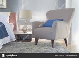 Retro Stil Sessel Mit Kissen Neben Bett Im Modernen Innenausbau