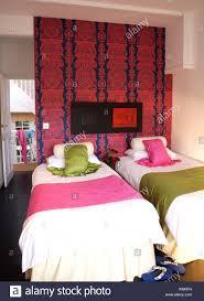 Lebendige Rot Gemusterten Tapeten über Zwei Einzelbetten Mit Grün