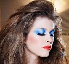Resultado de imagen para modelo con maquillaje con sombras azules