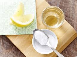 saupoudrer sa brosse à dents de bicarbonate de soude