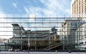 the transpa yet reflective glass curtain wall of t