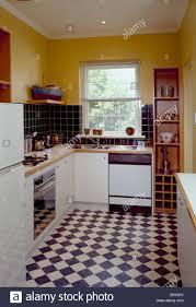 Schwarzen U0026 Weiße Schachbrettmuster Bodenbelag In Gelbe Küche Mit  Geschirrspüler Und Backofen Ausgestattet Weißen Einheiten