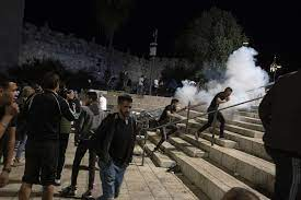 Jerusalem (cnn) at least 100 people were injured as israeli police clashed with palestinians in jerusalem for a second night saturday ten of those injured were treated inside the compound of jerusalem's al aqsa mosque, five shot in the head with rubber bullets were treated in the field, four. Vd87pfgxuzskim