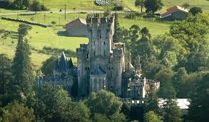 en el siglo xiv la torre primitiva fue transformada en un castillo inexpugnable sobre sus muros flotó siempre el temido pendón de los butrones