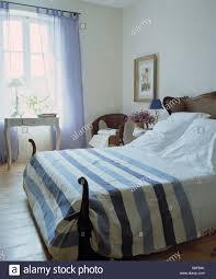 Blau Weiß Gestreiften Bettdecke Und Kissen Auf Antikes Bett Im