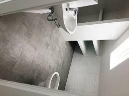 Sichtbalken und dachfenster lassen dieses badezimmer einfach toll und entspannend aussehen. Dusche In Dachschrage Bei Bad Mit Dachschrage Bauen Baustoffhandel Nrw