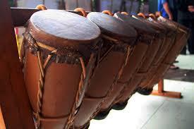 Kateuba disebut juga dengan nama g ajeuma, alat musik pukul yang satu ini biasa dipakai ketika perayaan adat, upacara budaya, ritual keagamaan dan lainnya. 40 Contoh Alat Musik Tradisional Sumatera Cara Bermainya Hamparan