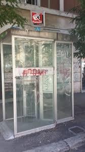 Le inutili cabine telefoniche diventate gabinetti di fortuna