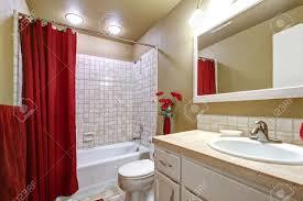Kleine Einfache Beige Und Rot Mit Weißen Badezimmer Waschbecken
