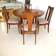 broyhill dining furniture walnut dining table and chairs 2 broyhill fontana round dining table