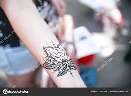 роспись хной с узорами на руке на запястье руки женщины стоковое