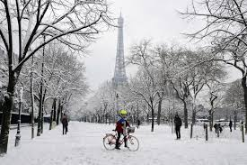 In Pictures Paris Wakes Up To Spectacular Snowy Scenes The Local