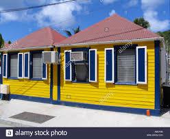 Hell Gelben Holzhaus Mit Roten Blechdach Blauen Fensterläden