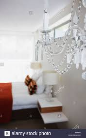 Elegante Kristall Kronleuchter Im Schlafzimmer Stockfoto