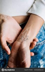 заделывают татуировки запястье женщины стоковое фото Rawpixel