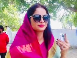 Reena Dwivedi Yellow Sari Yellow Saree Fame Up Poll Official