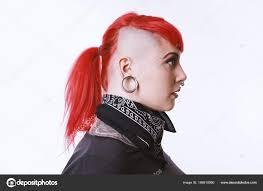 девушка с боковой вырез пирсинг и татуировки стоковое фото