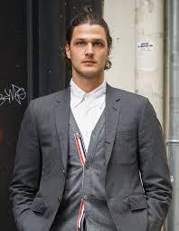 Coiffure homme 2021 les cheveux attachés. Coiffure Pour Homme Les Coupes De Cheveux Tendance En 2021 Elle