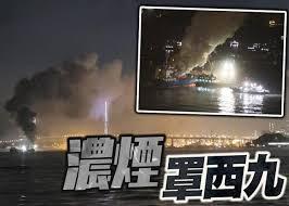 本港今日(2日)下午 5 時半起,西九龍、青衣等一帶均聞到異味。綜合報道及區議員指,昂船洲大橋對出海面躉船下午 5 時許著火,船上有約 2000 噸金屬廢料,至少4 艘船灌救,至晚上 9 時仍未救熄。晚上11時許,消防將火警升為三級。 Jljewp Hsl42cm