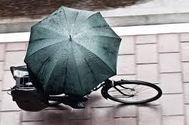 Resultado de imagen de practicando bicicleta por la ciudad LLOVIENDO