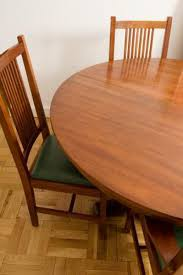 how wide is an 8 person round table