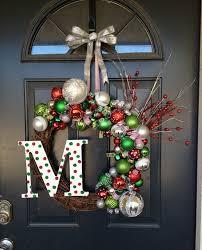 Décoration Noël Pour La Porte Du0027entrée Avec Couronne Composée De Boules Et  Lettre Monogramme