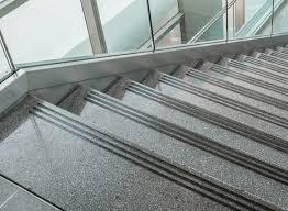 Im gegensatz zu den wohnraumtreppen sind treppen für außen stets den vorherrschenden wetterbedingungen ausgesetzt. Treppen Graue Gummierte Antirutsch Streifen In 3 Cm Breite Fur Ihre Treppe Heimwerker Flipelo Org Br