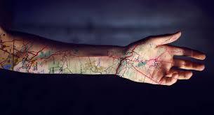 татуировки путешественников самолетик глобус карта идея для