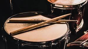 Alat musik perkusi adalah alat musik yang menghasilkan bunyi dengan cara dipukul, ditabuh, digoyang, digosok, atau tindakan lain yang menciptakan objek bergetar dengan suatu alat, tongkat (stick), maupun dengan tangan kosong, ataupun. Pengertian Alat Musik Ritmis Fungsi Dan Jenis Jenis Alatnya Ragam Bola Com
