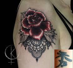 перекрытие в стиле неотрад роза с кружевами татуировка на плече