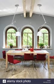 Rote Stühle Am Tisch Im Esszimmer Mit Hoher Balkendecke Und