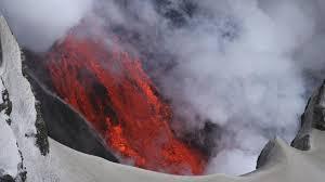 Vulkanausbruch & aschewolke aus vulkan asche in island legen europäischen luftverkehr, frachtverkehr und warenverkehr lahm. Vulkankrater Island