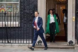وزير الصحة البريطاني يحتضن مساعدته.. وهانكوك يعتذر عن خرق قيود كورونا - CNN  Arabic