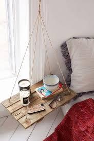 Table de nuit originale à l'allure de balançoire pour une chambre ...