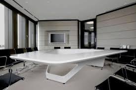 design office room. Meja Desain Bangunan Dengan Bentuk Asimetris Yang Memenuhi Semua Ruang Pertemuan, Dilengkapi Kursi Hitam Memiliki Warna-warna Kontras. Design Office Room