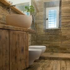Vasca stile rustico per bagno in legno. pin bagno in marmo e legno