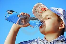 Kết quả hình ảnh cho hình ảnh bé uống nước trái cây