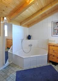Badezimmer Mit Dachschräge Holzbalken Decke Eckbadewanne Im