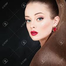 Jolie Femme Modèle Avec De Longs Cheveux Et Maquillage Marron Sautés Coiffure De Queue De Cheval Parfaite Belle Fille Sur Fond Sombre