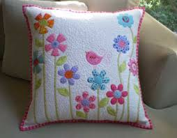 Flower Garden Pillow - Free Quilting Tutorial & This cute quilted pillow is easy to make using simple shapes and fusible  raw edge applique Adamdwight.com