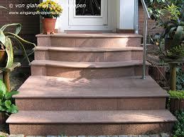 Also kann im umkehrschluss der überschüssige platz als türaufschlag verwendet werden. Treppen Und Podeste Aus Granit Und Naturstein Im Aussenbereich Von Eingangen